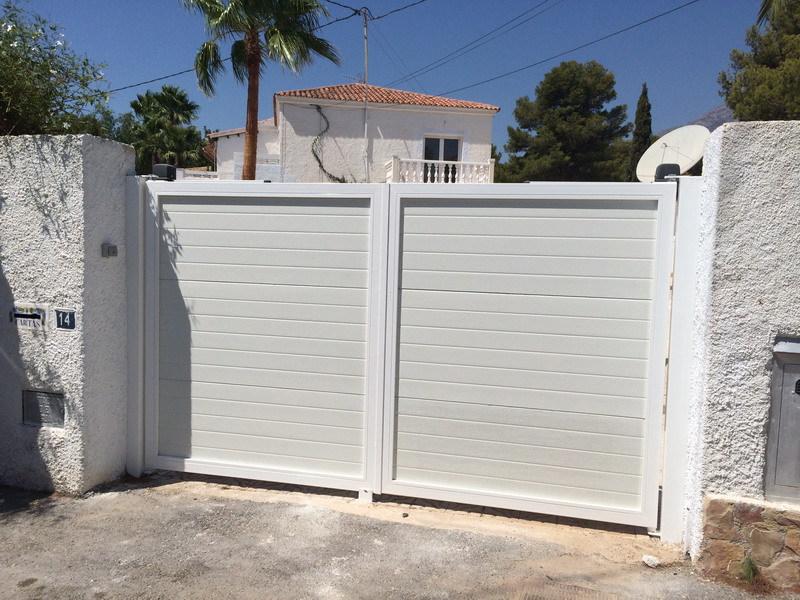 Aluminis liberal puertas y garajes - Puertas para garajes ...